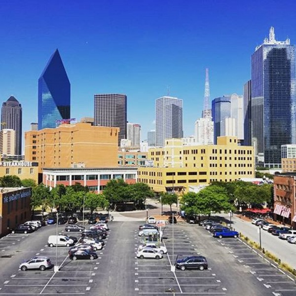 Wouldn't you want this downtown view? You definitely can! Come by to 555 Ross Ave for a Personnel Tour to see our amazing luxury apartments! See you soon! #555rossave #westend #downtowndallas